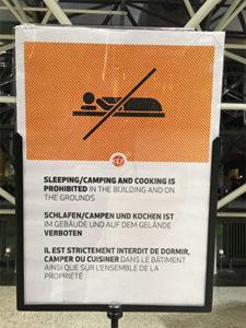 proibido dormir KEF MinhaSalaVIP 225x300 - Aeroportos sem Sala VIP | Keflavík, na Islândia