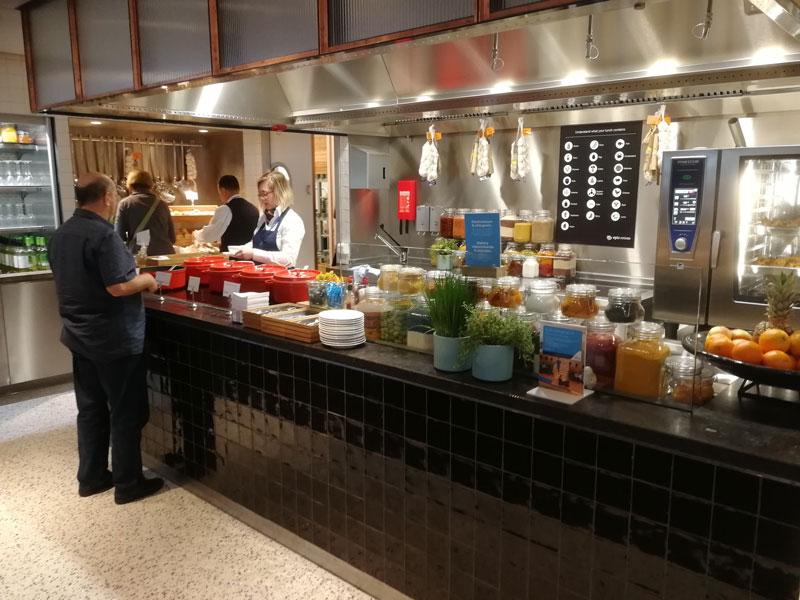 AMS KLMCrown BuffetInferior - AMS | Novo KLM Crown Lounge Non-Schengen no Aeroporto Schiphol de Amsterdam