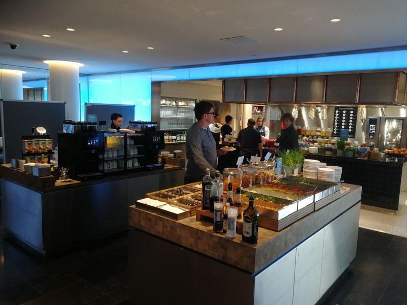AMS KLMCrown BuffetInferiorLonge - AMS | Novo KLM Crown Lounge Non-Schengen no Aeroporto Schiphol de Amsterdam