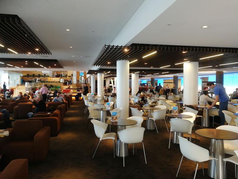 AMS KLMCrown EspacoMesas - AMS | Novo KLM Crown Lounge Non-Schengen no Aeroporto Schiphol de Amsterdam