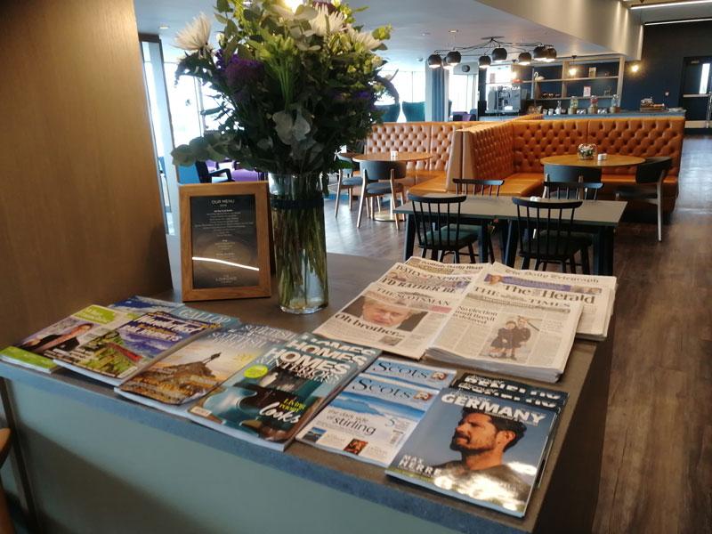 GLA LomondLounge Jornais - GLA | Lomond Lounge no Aeroporto de Glasgow
