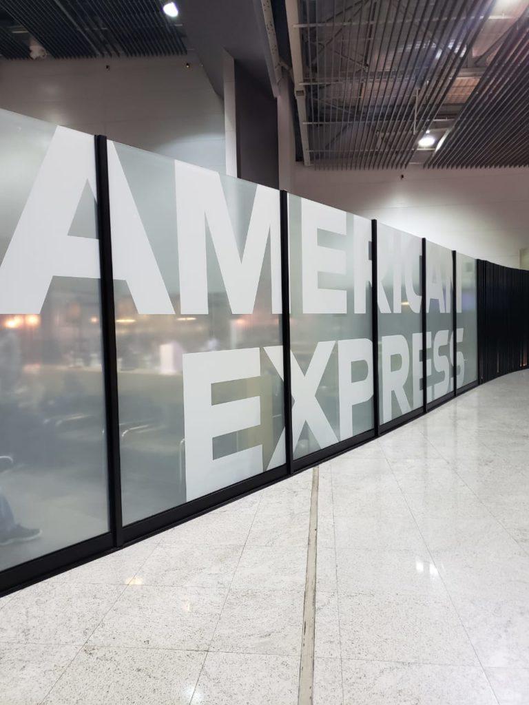 GRU AmexLounge Placa1 768x1024 - GRU | American Express já começa a identificar seu novo lounge