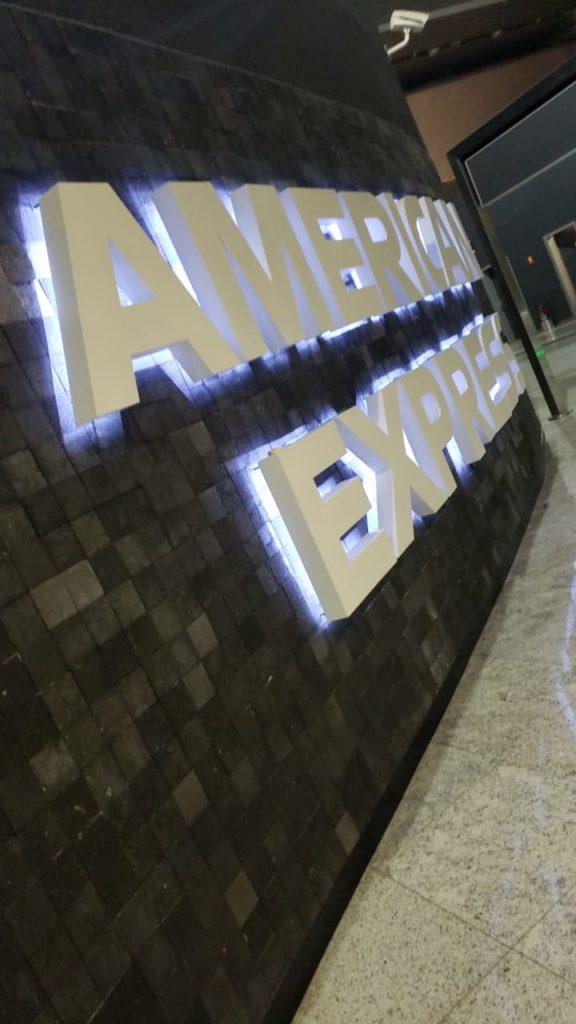 GRU AmexLounge Placa2 576x1024 - GRU | American Express já começa a identificar seu novo lounge