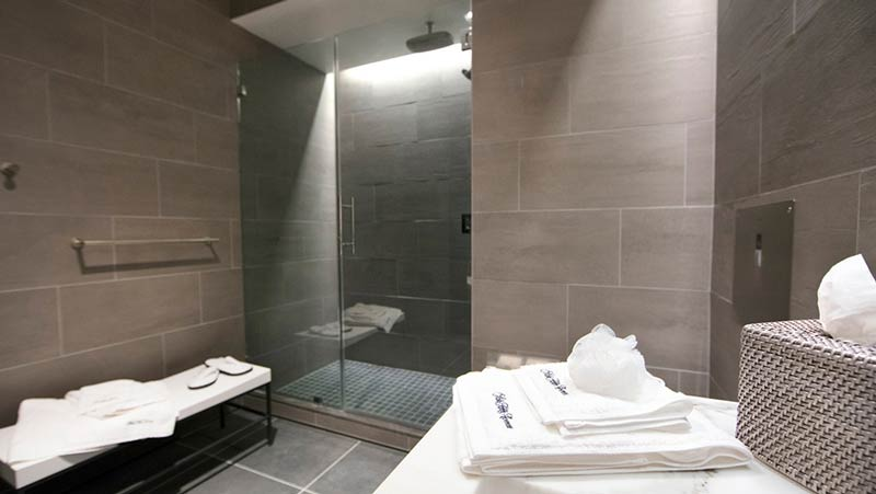 LAX Polaris Shower - LAX | United inaugura Polaris Lounge em Los Angeles